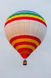 Белые красные желтые горячие воздушные шары в полете Стоковые Изображения RF