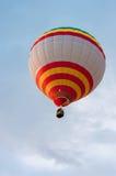 Белые красные желтые горячие воздушные шары в полете Стоковые Изображения