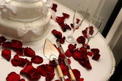 Белые красные розы свадебного пирога Стоковое фото RF