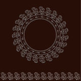 Белые круглые рамка и щетка на коричневой предпосылке Стоковые Фотографии RF