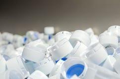 Белые крышки пластичных бутылок Стоковые Фотографии RF