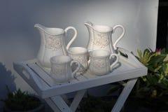 Белые кувшины и чашки молока Стоковые Изображения RF