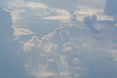 Белые курчавые облака в голубом небе 1 предпосылка заволакивает пасмурное небо Стоковое фото RF