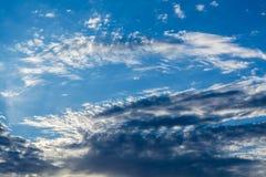 Белые курчавые облака в голубом небе 1 предпосылка заволакивает пасмурное небо Стоковая Фотография RF