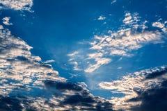 Белые курчавые облака в голубом небе 1 предпосылка заволакивает пасмурное небо Стоковое Изображение