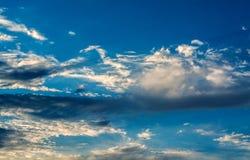 Белые курчавые облака в голубом небе 1 предпосылка заволакивает пасмурное небо Стоковые Фото