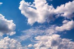 Белые курчавые облака в голубом небе 1 предпосылка заволакивает пасмурное небо Стоковое Фото