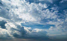 Белые курчавые облака в голубом небе с темными облаками 1 предпосылка заволакивает пасмурное небо Стоковое Изображение RF