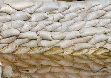 Белые мешки с песком для обороны и ее потока вода коричневого цвета отражения Стоковые Фото