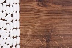 Белые медицинские пилюльки и капсулы, концепция здравоохранения, космос экземпляра для текста Стоковые Фото