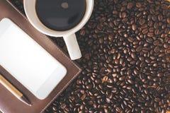 Белые мобильный телефон и кофе Стоковое фото RF