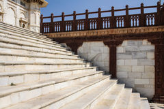 Белые мраморные шаги с красной каменной балюстрадой Стоковая Фотография