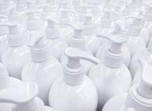 Белые немеченые бутылки жидкостного мыла в супермаркете, повторяя PA Стоковые Изображения