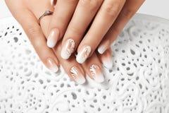 Белые ногти женщины чертежа Стоковая Фотография RF
