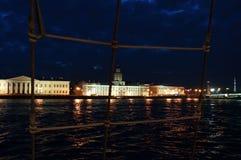 Белые ночи в Санкт-Петербурге через сеть корабля Стоковые Изображения RF