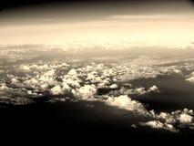Белые облака в бесконечном небе захватили от воздуха Стоковая Фотография