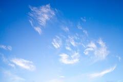 Белые облака в темносинем небе, естественном фото Стоковая Фотография RF