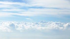 Белые облака и предпосылка голубого неба Стоковое Фото