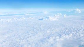 Белые облака и предпосылка голубого неба Стоковое Изображение