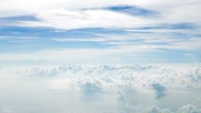 Белые облака и предпосылка голубого неба Стоковое Изображение RF