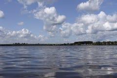 Белые облака и пульсации на озере Стоковая Фотография RF