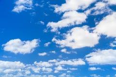 Белые облака кумулюса в голубом небе, естественном фото Стоковая Фотография RF