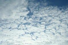 Белые облака над морем, живая природа севера Стоковое Изображение