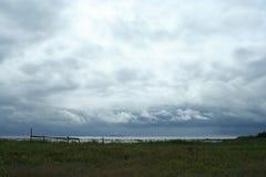 Белые облака над морем, живая природа севера Стоковое фото RF