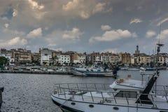 Белые облака над портом стоковая фотография rf