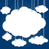 Белые облака на потоке на предпосылке Стоковое фото RF