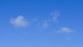 Белые облака на предпосылке голубого неба Стоковое Изображение RF