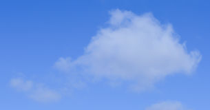 Белые облака на предпосылке голубого неба Стоковые Фото