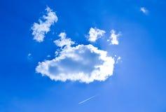 Белые облака на предпосылке голубого неба Стоковые Фотографии RF