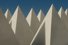 Белые окна в крыше пирамиды установили против голубого неба Стоковое Изображение RF