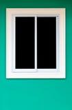 Белые окна в свежих зеленых стенах Стоковая Фотография RF