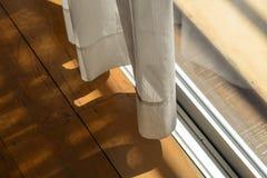 Белые отвесные занавесы с ярким солнечным светом и деревянным полом Стоковая Фотография RF