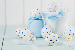 Белые пасхальные яйца в белом баке Белизна яичка с картиной голубых кругов Стоковые Фотографии RF