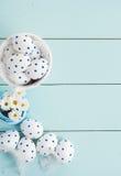 Белые пасхальные яйца и цветки Стоковое фото RF