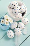 Белые пасхальные яйца и цветки Стоковое Изображение RF
