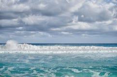 Белые пенообразные волны и постепенно затмевая цвет морской воды Стоковая Фотография RF