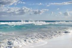 Белые пенообразные волны и постепенно затмевая цвет морской воды Стоковая Фотография