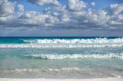 Белые пенообразные волны и постепенно затмевая цвет морской воды Стоковое Изображение RF
