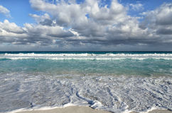 Белые пенообразные волны и постепенно затмевая цвет морской воды Стоковое Фото