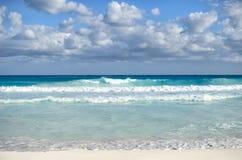Белые пенообразные волны и постепенно затмевая цвет моря Стоковое Фото