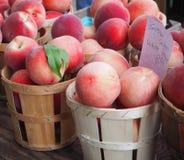 Белые персики на рынке фермеров Стоковые Изображения