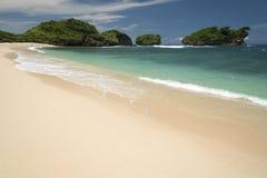 Белые пески Watu Karung приставают к берегу, Pacitan, Ява, Индонезия Стоковые Изображения