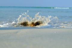 Белые песок и пляж и волна Стоковое Изображение