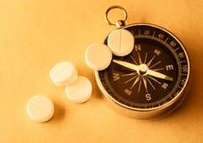 Белые пилюльки и компас аспирина Стоковое Изображение RF