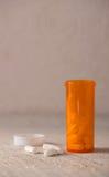 Белые пилюльки для концепции злоупотребления наркотиками стоковые фото