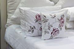 Белые постельные принадлежности аранжируют аккуратно на белых листах Стоковое Изображение
